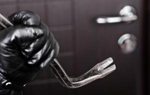 Destrozos a las viviendas o negocios con la intención de encontrar algún objeto de valor oculto.